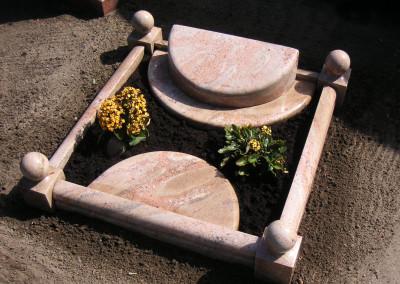Kleines Grabmal mit Umrandung