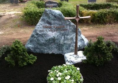 Naturstein Grabstein mit hölzerndem Kreuz