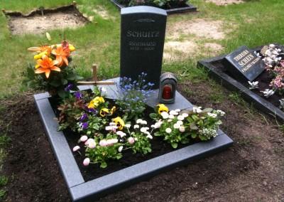 Grabstein mit Umrandung und passendem Grablicht